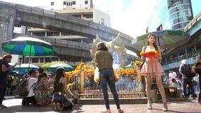 Den Erawan relikskrin i Bangkok Thailand, video 4k stock video