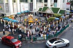 Den Erawan relikskrin som sett från skytrainen Bangkok thailand Fotografering för Bildbyråer