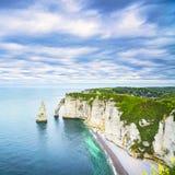 Den Etretat Aval klippan och vaggar gränsmärket och havet Normandie Fran arkivfoto