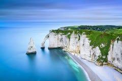 Den Etretat Aval klippan och vaggar gränsmärket och havet Normandie Fran royaltyfria bilder