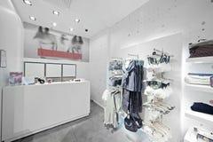 Den europékläder och underkläderna shoppar arkivfoto