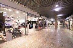 Den europeiska galleriainre med shoppar arkivfoto