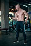 Den europeiska mannen gör övningen för biceps arkivfoton