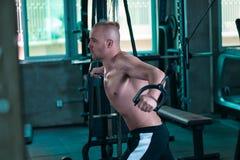 Den europeiska mannen gör övningen för bröstkorg royaltyfri foto