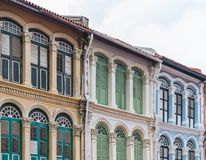 Den europeiska stilbyggnaden av den gamla comercen shoppar Royaltyfria Bilder