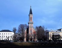 Den evangelikala församlingkyrkan av Kristus stiger på den motsatta banken Salzburg royaltyfri bild
