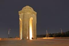 _ Den eviga flammaminnesmärken i Baku på natten Fotografering för Bildbyråer