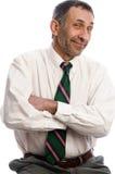 den executive skratta ståenden poserar pensionären Arkivfoto