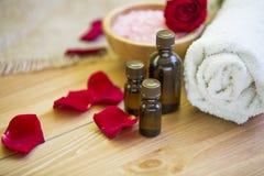 den exotiska brunnsorten för blommamassageprodukter stenar handduken Royaltyfri Fotografi