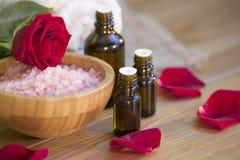 den exotiska brunnsorten för blommamassageprodukter stenar handduken Royaltyfri Foto