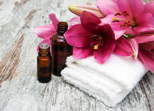den exotiska brunnsorten för blommamassageprodukter stenar handduken Royaltyfria Foton