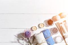 den exotiska brunnsorten för blommamassageprodukter stenar handduken Badsalt, torra blommor lavendel, tvål, stearinljus och handd Fotografering för Bildbyråer