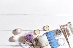 den exotiska brunnsorten för blommamassageprodukter stenar handduken Badsalt, torra blommor lavendel, tvål, stearinljus och handd Arkivfoto