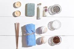 den exotiska brunnsorten för blommamassageprodukter stenar handduken Badsalt, torra blommor lavendel, tvål, stearinljus och handd Royaltyfria Foton