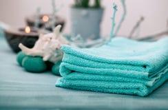 den exotiska brunnsorten för blommamassageprodukter stenar handduken Fotografering för Bildbyråer