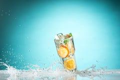 Den exotiska coctailen och frukten för ros på blått Royaltyfria Foton