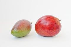 Den exotiska fruktmango eller mango är saftig frukt med en kärna som isoleras på Arkivfoton
