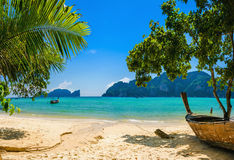 Den exotiska stranden med gömma i handflatan och fartyg, Thailand Arkivfoto