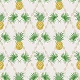 Den exotiska tropiska sömlösa modellen med gömma i handflatan filialer och pineappl Royaltyfri Foto