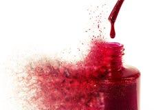Den exploderande flaskan av rött spikar fernissa Royaltyfri Bild