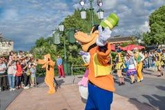 Den expresss Mickey's sagoboken ståtar på Shanghai Disneyland i Shanghai, Kina royaltyfri fotografi
