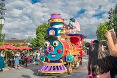 Den expresss Mickey's sagoboken ståtar på Shanghai Disneyland i Shanghai, Kina fotografering för bildbyråer