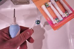 Den extra- borsten går mot den elektriska tandborsten Gör ren mycket effektivare arkivbilder