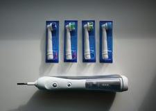 Den extra- borsten går mot den elektriska tandborsten Gör ren mycket effektivare än en tandborste fotografering för bildbyråer