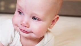 Den extrema closeupståenden av gamla förtjusande blåögda 6 månader behandla som ett barn pojken stock video