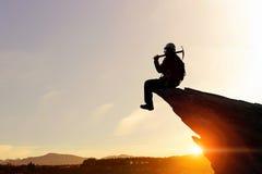 Den extrema klättringen är hans adrenalin Blandat massmedia royaltyfria bilder