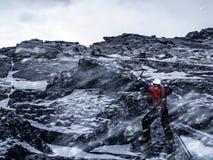 Den extrema klättringen är hans adrenalin Blandat massmedia Arkivbilder