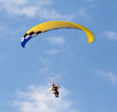 Den extrema sporten hoppa fallskärm i himlen Royaltyfri Foto