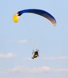 Den extrema sporten hoppa fallskärm i himlen Arkivfoton