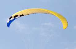 Den extrema sporten hoppa fallskärm i himlen Arkivbilder