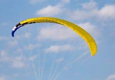 Den extrema sporten hoppa fallskärm i himlen Royaltyfria Bilder