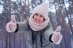 Den extremt lyckliga kvinnlign som visar en gest av godkännande på, kom Royaltyfri Bild
