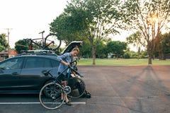 Den färdiga idrottsman nen förbereder hans cykel royaltyfria bilder