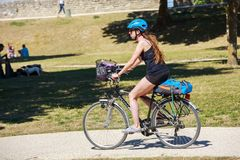Den färdiga kvinnaridningcykeln parkerar in royaltyfri bild