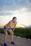 Den färdiga kvinnlign efter en otta joggar Royaltyfri Foto