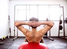 Den färdiga latinamerikanska mannen i idrottshallutbildning, funktionsduglig abs som gör knastrar Royaltyfri Foto