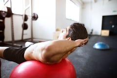 Den färdiga latinamerikanska mannen i idrottshallutbildning, funktionsduglig abs som gör knastrar Royaltyfria Foton