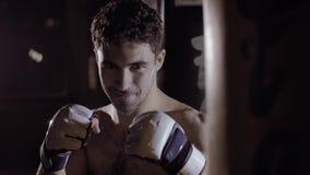 Den färdiga stiliga le mannen får handen till att boxas position arkivfilmer
