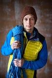 Den färdiga unga manliga idrottsman nen, vaggar klättraren med ett rep, sport royaltyfri fotografi