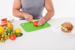 Den färdiga unga mannen förbereder sund mat Royaltyfri Foto