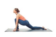 Den färdiga yoginikvinnan öva yogaasana arkivfoton