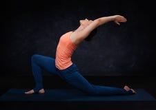 Den färdiga yoginikvinnan öva yogaasana royaltyfri foto