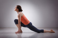 Den färdiga yoginikvinnan öva yogaasana royaltyfria foton