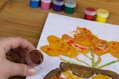 Den färgade gouachen på burk på träbakgrund, målarfärg för teckning Dagis och skola Multi-colored målarfärg Kreativitet för barn` royaltyfri illustrationer