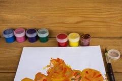 Den färgade gouachen på burk på träbakgrund, målarfärg för teckning Dagis och skola Multi-colored målarfärg Kreativitet för barn` vektor illustrationer