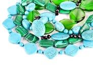 Den färgade raddan pryder med pärlor från olika mineraler. Stenbakgrund Fotografering för Bildbyråer